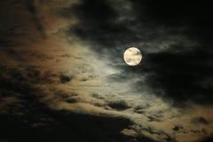 Volle maan en Wolken Stock Foto's