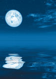 Volle maan in kalm water Stock Fotografie