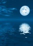 Volle maan in kalm water Royalty-vrije Stock Afbeelding