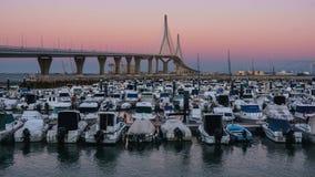 Volle maan meer dan 1812 Grondwetsbrug die Cadiz Spanje toenemen stock videobeelden