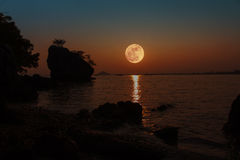 Volle maan met Bezinning Stock Fotografie