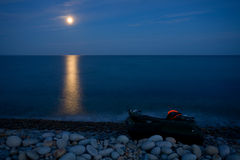 Volle maan met bezinning over overzees Stock Afbeeldingen