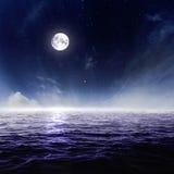 Volle maan in nachthemel over maanbeschenen water Stock Afbeeldingen