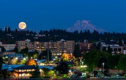 Volle maan Olympia And Mt Rainier stock afbeelding