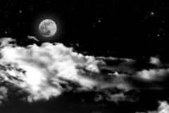 Volle maan onder wolk Stock Foto's