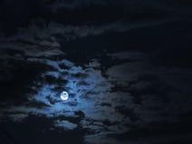 Volle maan onder wolken Royalty-vrije Stock Foto's