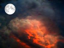 volle maan op de donkerrode wolk van de hemellava Royalty-vrije Stock Foto