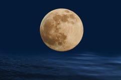 Volle maan op de oceaangolven. Stock Fotografie