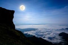Volle maan op de piekberg Stock Afbeelding