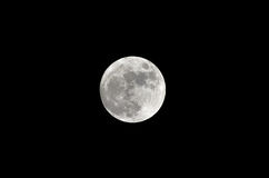 Volle maan op donkere zwarte hemel bij nacht Royalty-vrije Stock Afbeelding