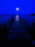 Volle maan op een pier Stock Fotografie