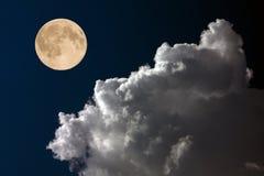 Volle maan op nachthemel Stock Foto