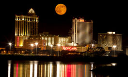 Volle maan over Atlantic City Stock Afbeeldingen