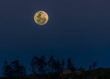 Volle maan over de Andes, Cuenca, Ecuador Royalty-vrije Stock Afbeeldingen