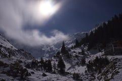 Volle maan over de bergen Royalty-vrije Stock Afbeeldingen