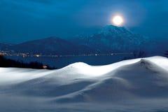 Volle maan over de bergen op heilige avond stock afbeeldingen