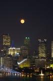 Volle maan over de Bouw Van de binnenstad stock foto