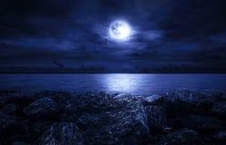 Volle maan over de Oceaan Royalty-vrije Stock Foto