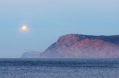 Volle maan over het overzees Royalty-vrije Stock Foto's