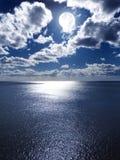 Volle maan over het Overzees royalty-vrije stock foto
