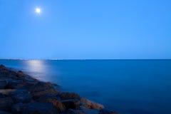 Volle maan over het Overzees Royalty-vrije Stock Afbeelding