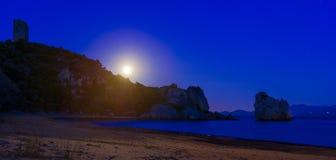 Volle maan over het strand stock afbeelding