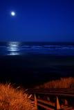 Volle maan over New Port Beach Royalty-vrije Stock Foto
