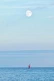 Volle maan over oceaan Royalty-vrije Stock Afbeelding