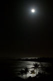 Volle maan over OceaanStrand bij Nacht Royalty-vrije Stock Afbeelding