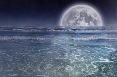 Volle maan over Overzees Royalty-vrije Stock Foto