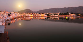 Volle maan over pushkar, India royalty-vrije stock afbeeldingen