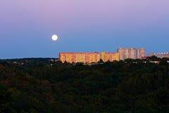 Volle maan over stad Stock Afbeeldingen
