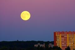 Volle maan over stad Stock Foto's