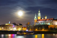 Volle maan over Wawel-Kasteel in Krakau, Polen Royalty-vrije Stock Fotografie