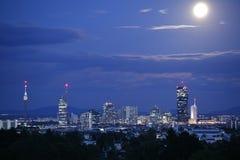 Volle maan over Wenen van de binnenstad royalty-vrije stock afbeelding