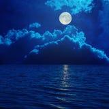 Volle maan in wolken over overzees Royalty-vrije Stock Afbeelding