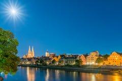Volle maannacht in Regensburg Beieren met mening aan Koepel St Peter en Rivier Donau Royalty-vrije Stock Foto's