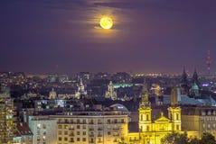 Volle maanstijging boven Boedapest Stock Fotografie