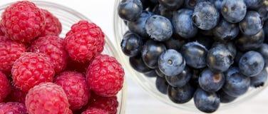 Volle Schüsseln Blaubeeren und Himbeeren, Draufsicht Gesundes Essen und N?hren Obenliegend, von oben stockfotografie