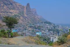 Volle Stadt der Schönheit hinter dem Berg lizenzfreie stockfotos
