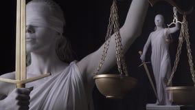 Volle Statue von Themis steht nahe bei der kleinen Version, 4k stock video footage