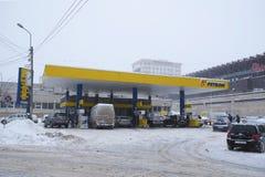 Volle Tankstelle in der Winterzeit Stockbilder