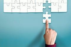Volledig Concept De hand vervangt een Definitief Puzzelstuk in royalty-vrije stock fotografie
