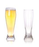 volledig en leeg glas bier Stock Afbeelding