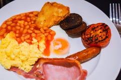 Volledig Engels Ontbijt met Bacon, Worst, Fried Egg, Bonen, Roereieren, Gebakken aardappelen en Bloedworst Royalty-vrije Stock Foto's