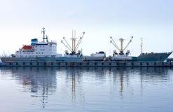 Volledig gedokt vrachtschip en lading in haven royalty-vrije stock afbeelding