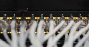 Volledig geladen netwerkmedia convertors en ethernet schakelaars stock videobeelden