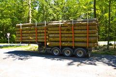 Volledig geladen vrachtwagenaanhangwagen met houten die pallets met houten raad zonder Vrachtwagen worden omringd royalty-vrije stock afbeelding