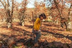 Volledig geschoten meisje die zich in een vloerhoogtepunt bevinden van bladeren De herfst backgr Royalty-vrije Stock Foto's