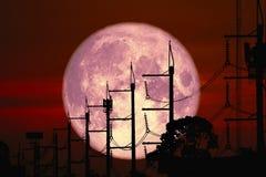 Volledig Harvest Moon terug op lijn en de pool van de silhouetmacht de elektrische op nachthemel stock afbeeldingen